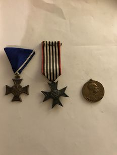 "Lot from  World War I - 3 medals - remembrance medal ""Signum Memoriae"" 1898 -- military service badge 3rd class -- Prussia, badge for auxiliary war service on ribbon"