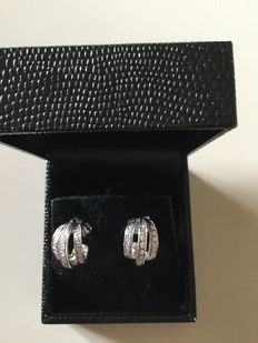 Earrings in 18 kt gold with 0.30 ct diamonds.