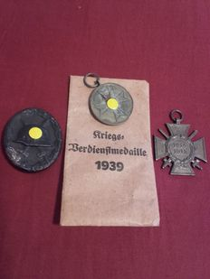 Lot of 3 badges, World War 1 and World War 2 with award bag