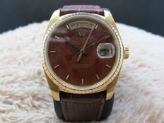 1985 ROLEX DAY-DATE 18038 18K GOLD WITH ORIGINAL WOOD DIAL AND PAPER