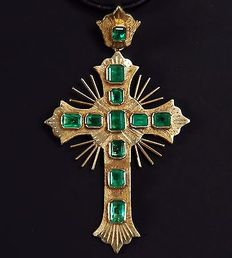 18 kt yellow gold cross pendant with superb Colombian emeralds.