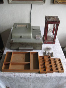 Cash register, wooden coin trays, wooden money tray, 10 plastic roll holders and 12 money cases