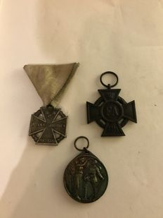 Lot from  World War I - 3 Medals - Friedrich August Kr 2nd Class 1914 -- MEDAL / HONOR REMEMBRANCE COIN FOR THE HOMELAND 1914 - Karl - Troop Cross on Triangle Ribbon
