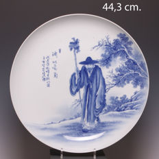 Beautiful, large, blue and white porcelain dish. Standing man in landscape - China - late 20th century