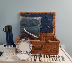4 persons wicker picnic basket