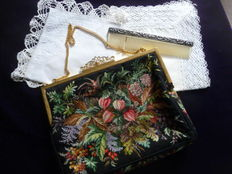 Luxurious tapestry evening bag, finely handmade + 2 lace handkerchiefs and a silver comb, ca 1930/1950