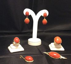 Sardinian coral and 18 kt gold set, composed of earrings, brooch, pendant, two rings of varying sizes, all handmade during the 1970s by a Neapolitan goldsmith.