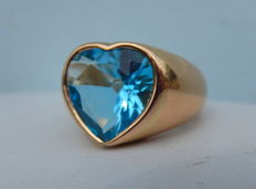 18 kt yellow gold cocktail ring set with one central  heart-shaped topaz gemstone.