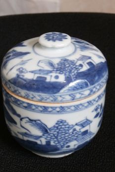 Blue and white porcelain pot and cover - China - 18th century