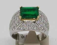 Diamond and emerald ring, in total: 5.56 ct