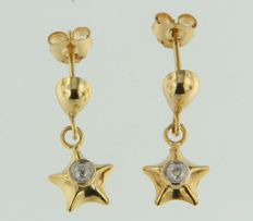 Gold dangle earrings of 14 kt with star with diamond, 13 x 7 mm