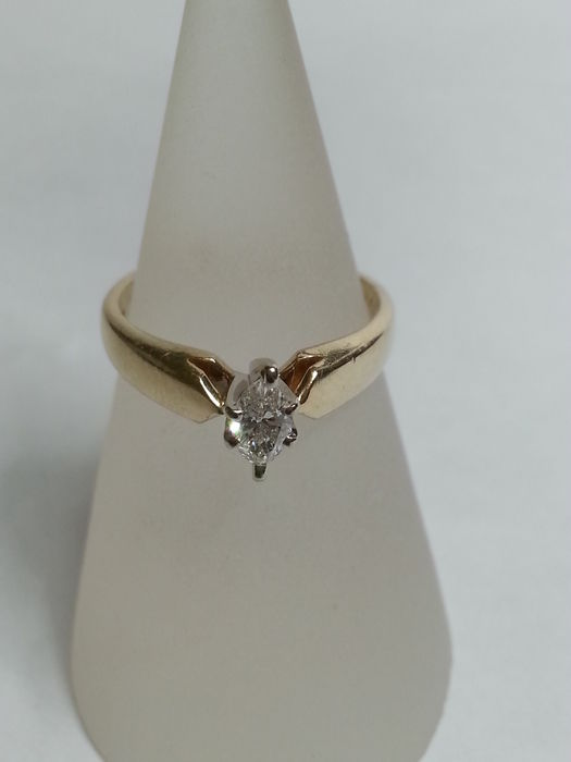 Ring with 0.25 ct marquise cut diamond, colour F, clarity VVS2.