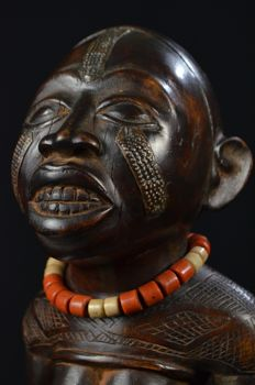 A rare kneeling female shrine figure - KONGO - D.R. Congo