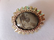 14 kt yellow gold brooch with window with a visible engraving with the year 1884. Europe, around 1884