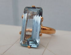 18kt yellow gold ring and large sky blue topaz