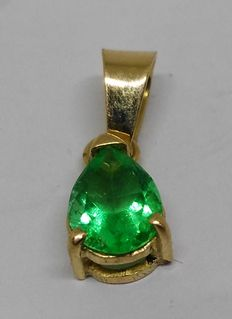 Pendant in 18 kt yellow gold with pear shape emerald