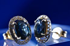 2 magnificent natural oval and transparent sapphires of 0.80 ct each, mounted in 18 kt white gold earrings and surrounded with brilliant-cut diamonds for a total of 0.24 ct - length 1.05 cm.