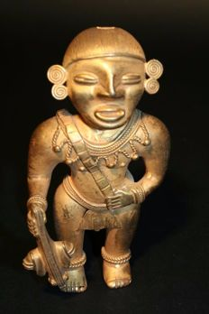 Tumbago pre-Columbian - Man figure holding a prey - 133mm height.