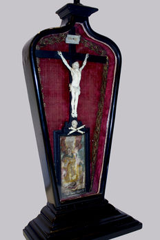 A Corpus Christi carved in ivory, applied into a later ebonised wooden theca with a painted gouache and inlays handmade in metal - Germany - mid 18th century and later