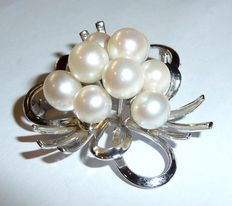 Pendant/brooch of 925 silver with nine cultured, Akoya pearls.