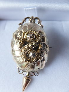 """A 14 kt yellow gold brooch with decorated elements with small filigree """"spiders"""" Europe, approx. 1910"""