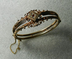 A bracelet with ruby and pearls made of 333 / 8 kt gold around 1890