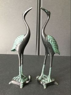 Pair of black bronze cranes patinated with green - China - early 21st century