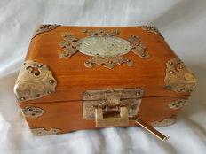 Chinese, undamaged jewellery case of heavy wood inlaid with decorated copper, including lock - China - 2nd half of the 20th century