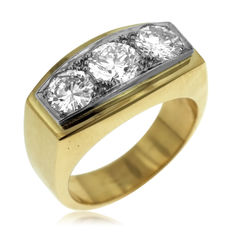3.60ct Three Diamond Ring, 18kt gold. Large finger size. (23.1 gram) Ring size: 64-20 1/2-V (UK)