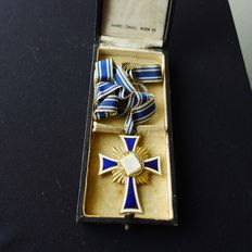 Medal, badge, mother cross in gold with the original box, case.