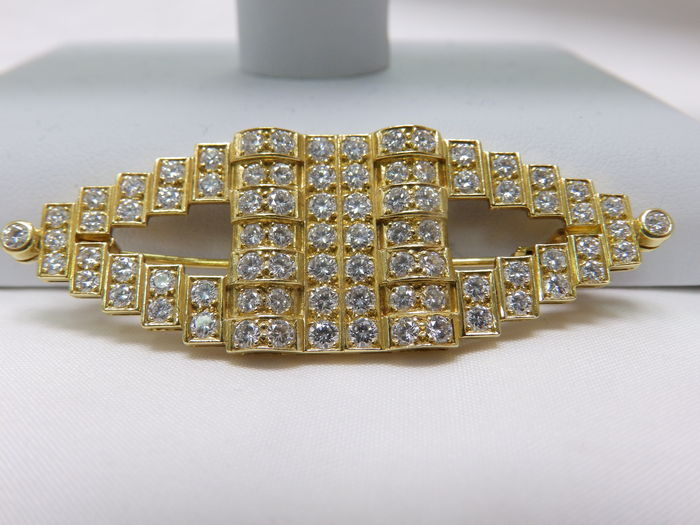 Brooch - 18 kt gold Set in a geometrical design with 82 brilliant-cut diamonds weighing 2.45 ct.