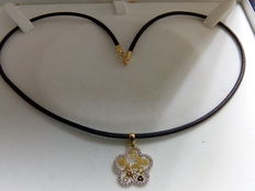 Gold (18 kt) and zirconia necklace and mamá pendant in the shape of a flower