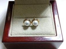 Pair of 18 kt gold earrings with cultured pearls, 6 mm