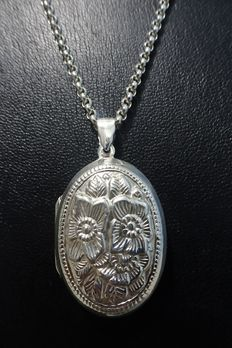 Silver locket on a silver rolo link necklace, both 925 silver – 1970s