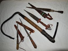 Four Antique Hunting Knives/Upper Arm Daggers of the Tuareg/North Africa with Scabbards - Blade Engraving and Camel Whip