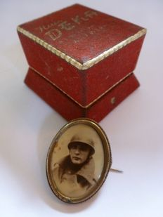 "Brooch or ""Sweetheart"" of a Belgian soldier, in a box"