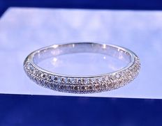 Sumptuous wedding ring in 18 kt white gold and 3 tiers of superimposed diamonds totalling 0.80 ct