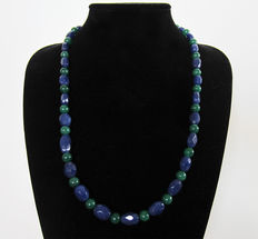 Polished emerald and faceted sapphire necklace - 355 ct