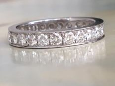 18 kt white gold women's full eternity ring with 24 diamonds in total, approx. 1.68 ct
