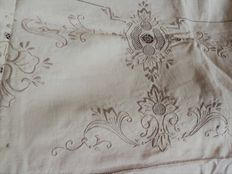 Superb very large tablecloth in cotton and linen, hand embroidered, and its 12 assorted towels - a special Italian collection