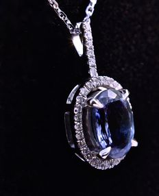 Sublime oval TANZANITE of 1.70 ct in a pendant on a necklace in 18 kt white gold, with entourage and hook of brilliant-cut diamonds totalling 0.18 ct.