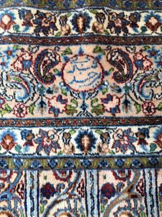 Oriental Persian rug: Genuine antique Kashan measuring 295 x 205 cm.