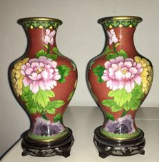 A pair of cloisonné vases with wooden base - China - second half of the 20th century.