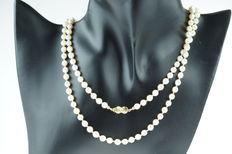 Pearl necklace with 14 kt gold clasp and diamonds, long model, 85 cm