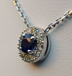 Necklace in 18 kt white gold with pendant with a central natural sapphire of 0.45 ct and a surround of brilliant-cut diamonds of a total of 0.15 ct - chain length 40 cm