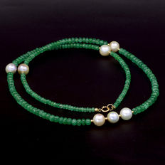 Necklace in 18 kt yellow gold with emeralds and cultured pearls – Length: 62 cm
