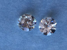 Lot of 2 x 0.49 ct equal brilliant-cut diamonds, 0.98 ct in total, G (clear white) VS (high clarity).