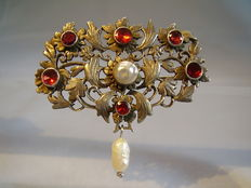 Victorian silver brooch with river pearl and almandines