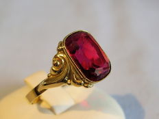 Gold ring with octagonal facetted verneuil ruby of 3.5 ct.