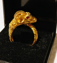 18 kt gold ring, ram's head with rubies for eyes